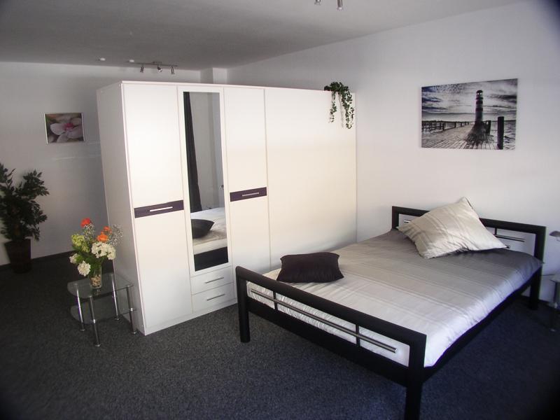 grauer teppichboden schlafzimmer haus deko ideen. Black Bedroom Furniture Sets. Home Design Ideas